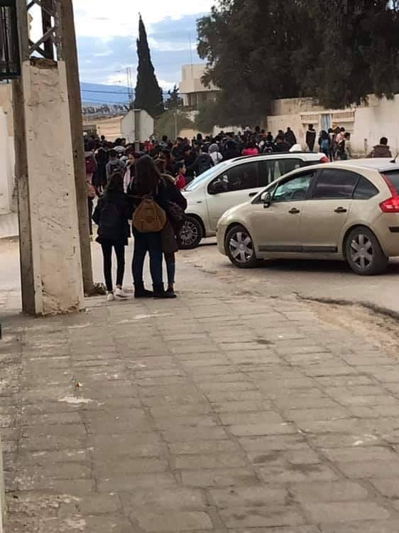 أعضاء الفرع الجامعي للتعليم الثانوي بالقصرين في اعتصام مفتوح بمكتب المندوب.