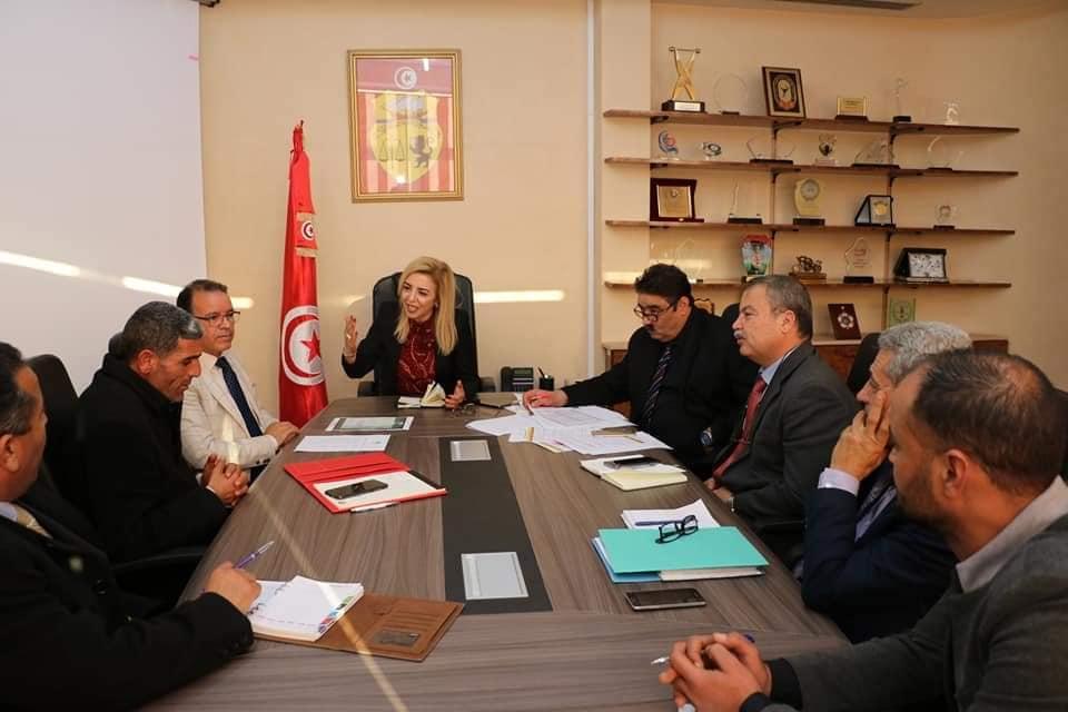 جلسة تجمع رئيس بلدية ماجل بلعباس و وزيرة الشباب والرياضة