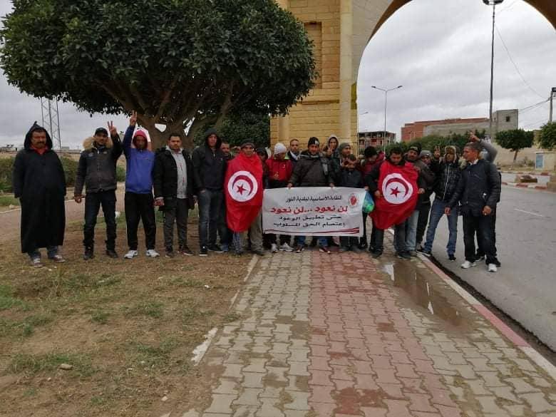 عدد من شباب القصرين يتجهون الى قصر قرطاج سيرا على الاقدام