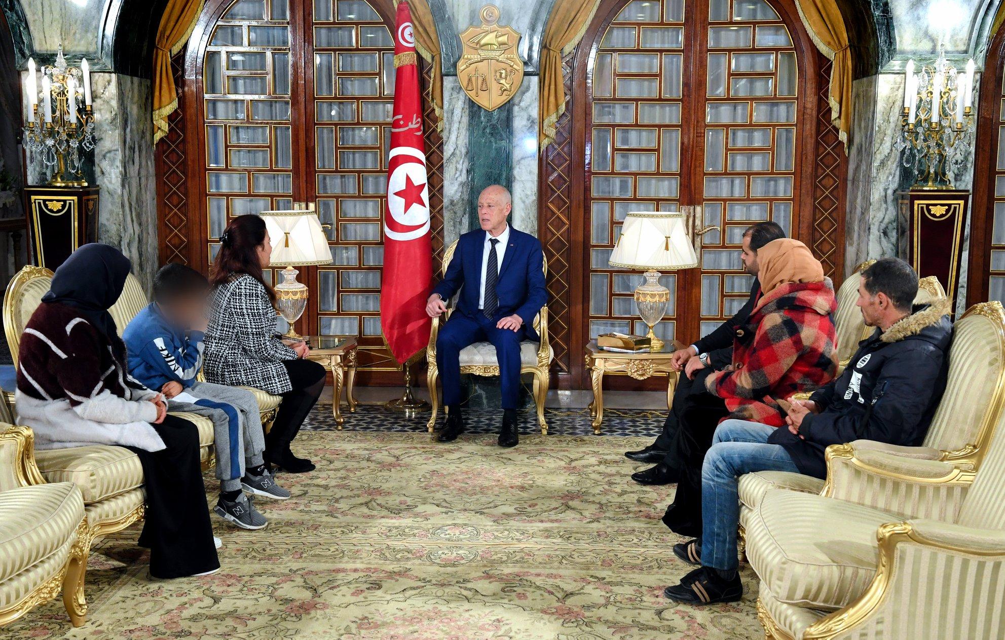 رئيس الجمهورية يستقبل عائلة المرحوم طارق الدزيري أحد جرحى الثورة