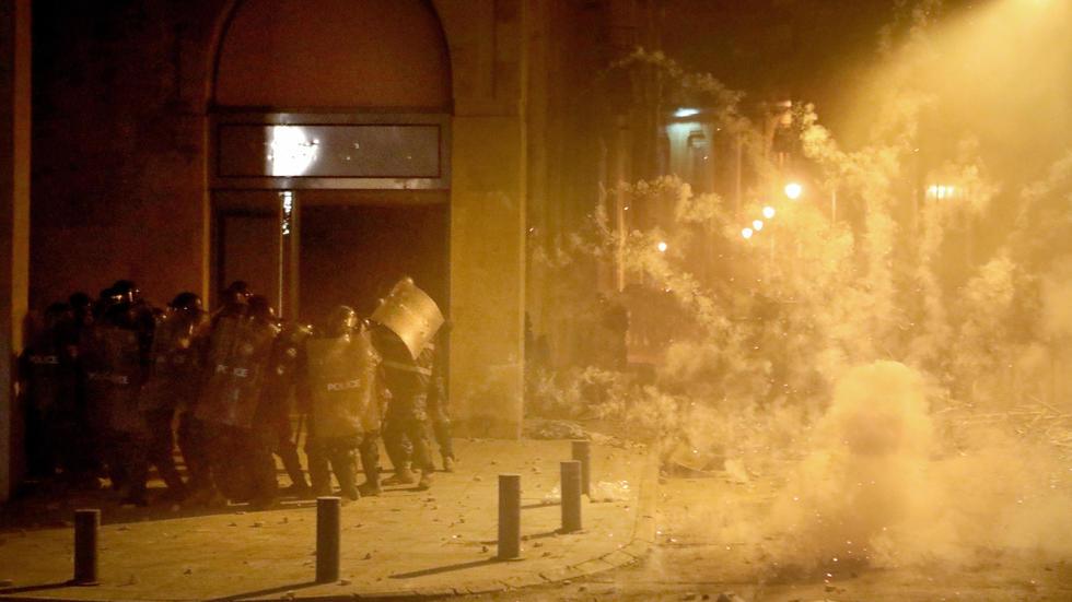 مواجهات بين قوى أمنية ومتظاهرين قرب البرلمان في بيروت