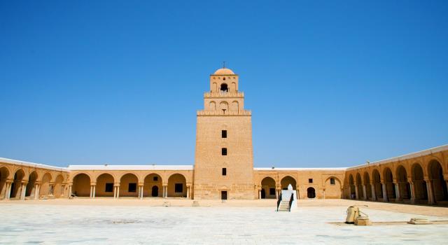 مؤذنوا المساجد في تونس يختمون اذان صلاة صبح اليوم بالدعوة الى الصلاة في المنازل