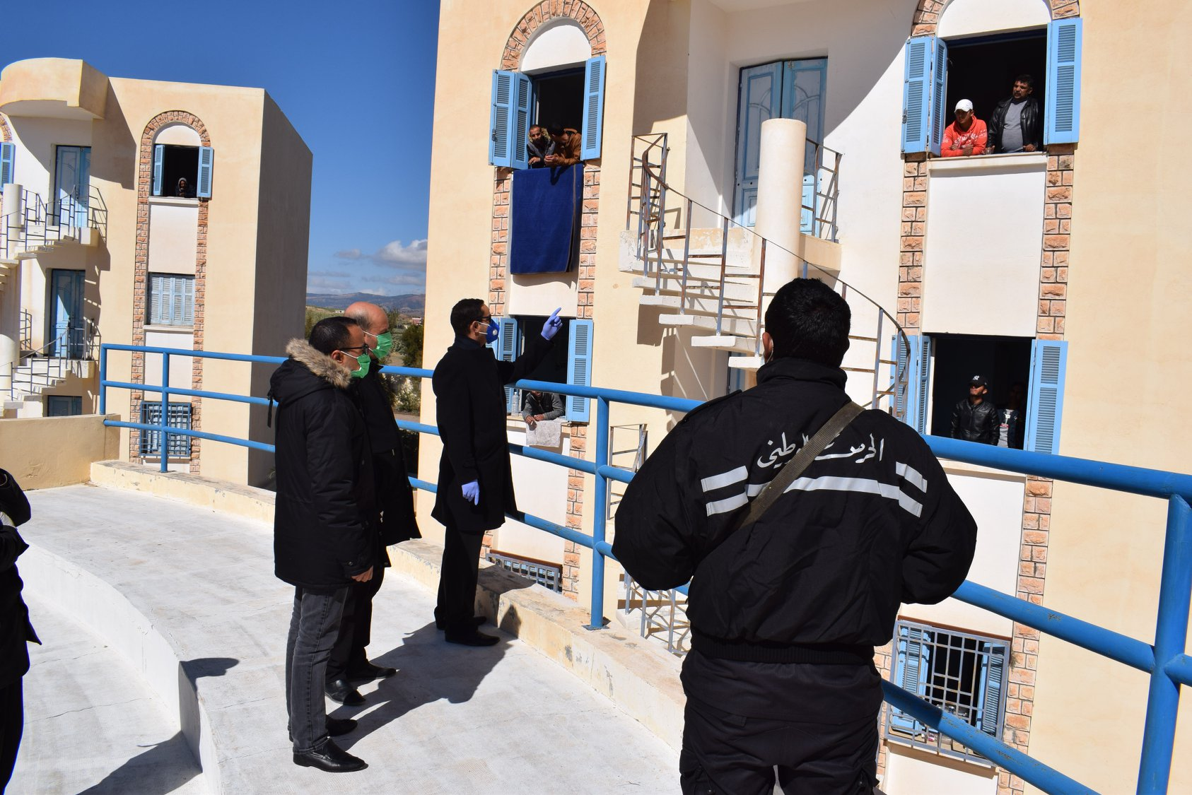 والي القصرين يزور المقيمين بالحجر الصحي الاجباري