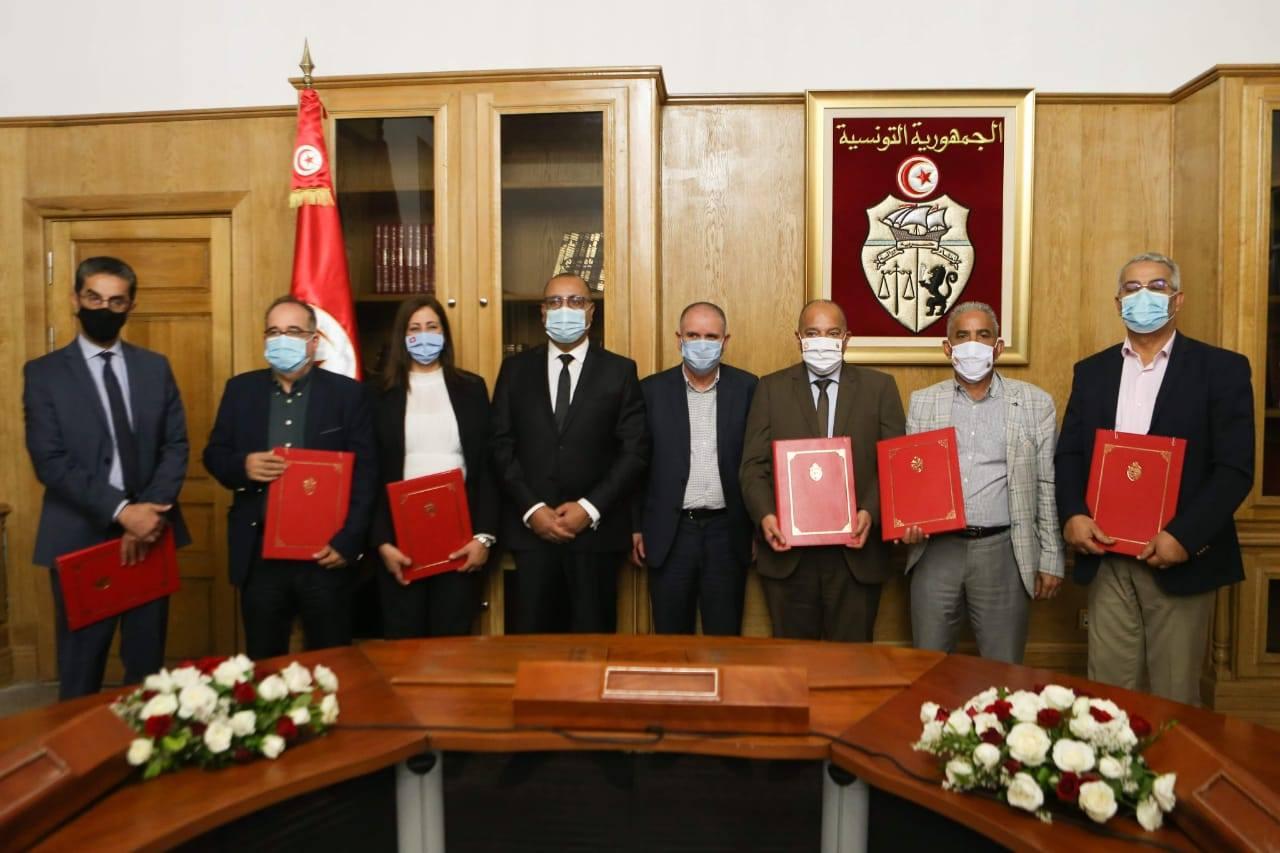 رئيس الحكومة يشرف على إمضاء اتفاقية تسوية عملة  الحضائر