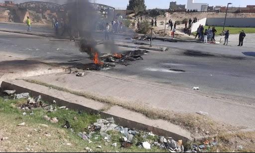 سبيطلة : عائلة عبد الرزاق الخشناوي تغلق الطريق الرئيسية
