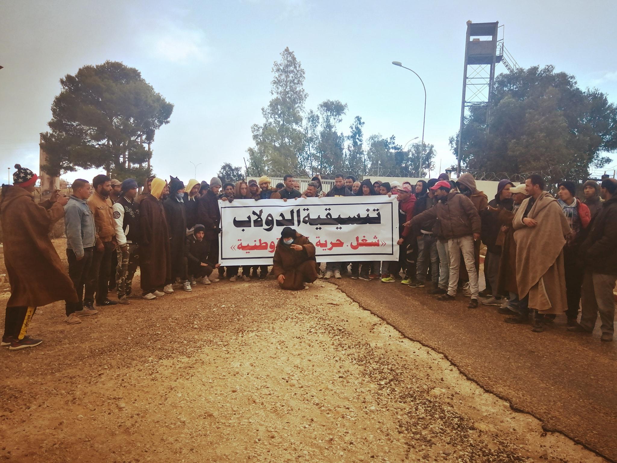 العيون: تواصل إعتصام المعطّلين عن العمل أمام حقل الدولاب النفطي